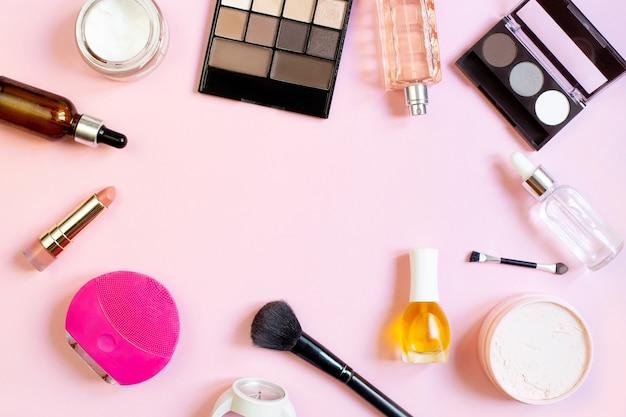 Vista dall'alto della crema cosmetica femminile e dell'acido ialuronico su sfondo rosa