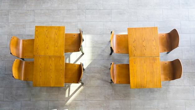 Vista dall'alto di tavoli e sedie in legno