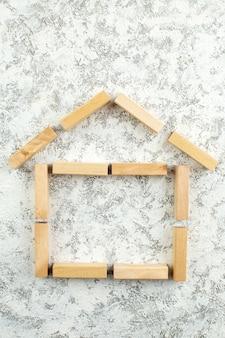 Vista dall'alto a forma di casa con blocchi di legno su tavolo grigio bianco