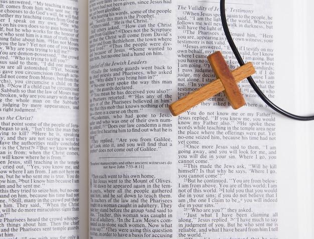 Vista dall'alto croce di legno su una bibbia aperta