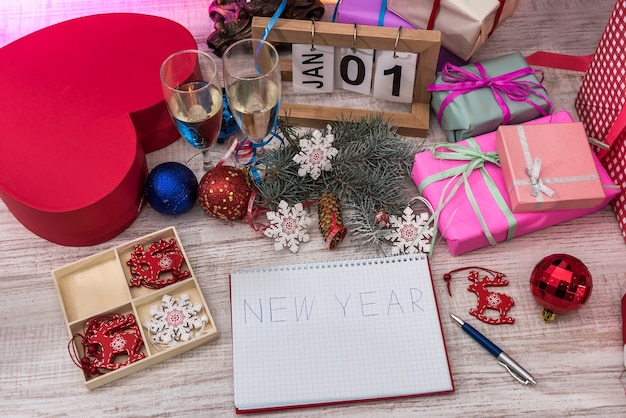 Vista dall'alto al tavolo di legno con decorazioni natalizie e blocco note con la parola