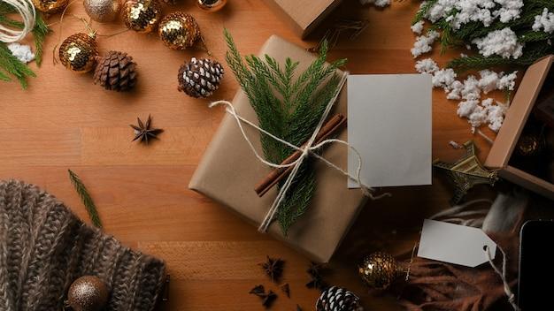 Vista dall'alto del tavolo in legno con confezione regalo e decorazioni nel concetto di natale