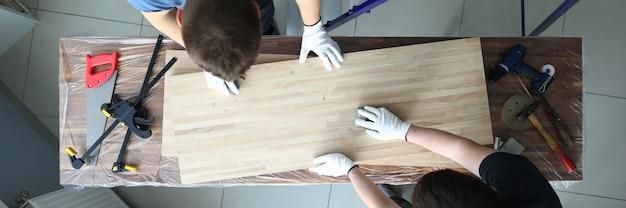 Vista dall'alto dei lavoratori che preparano tavole di legno.
