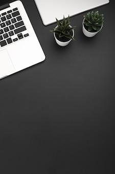 Vista dall'alto dell'area di lavoro con laptop e copia spazio