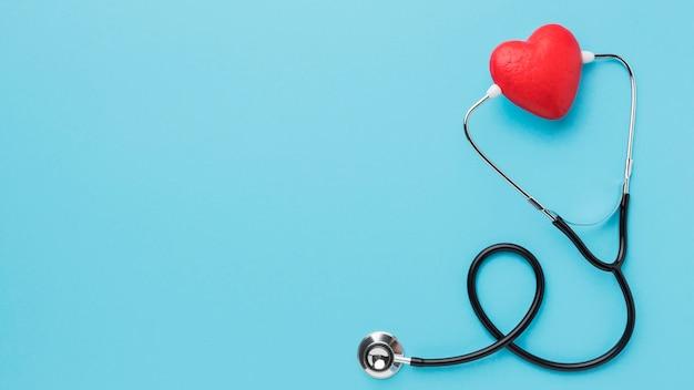 Stetoscopio di giorno del cuore del mondo di vista superiore con lo spazio della copia
