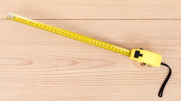 Righello giallo vista dall'alto per carpenteria