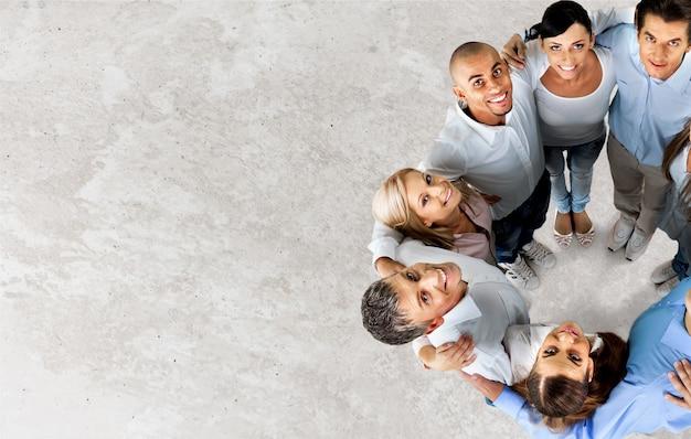 Vista dall'alto delle mani del giovane team aziendale