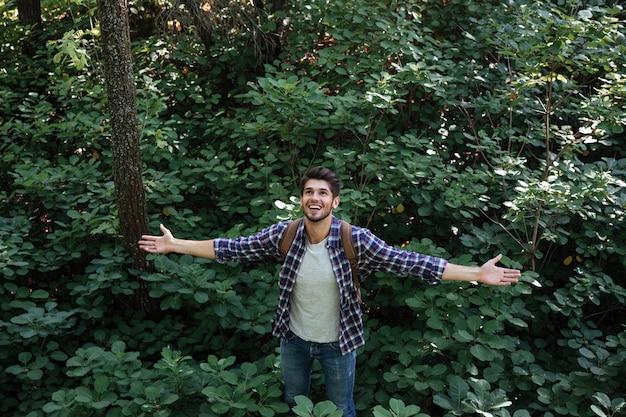 Vista dall'alto del giovane nella foresta