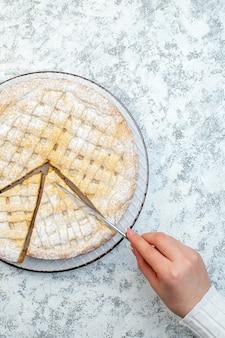 Vista dall'alto yummy torta al limone zucchero a velo su sfondo bianco biscotto cuocere biscotto torta tè dessert