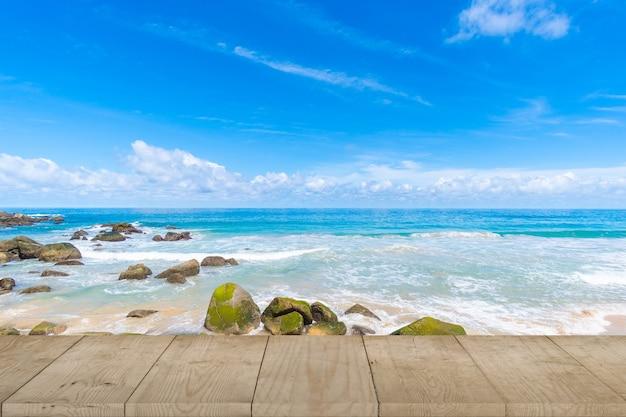 Tavolo in legno superiore e mare dell'oceano sullo sfondo del giorno d'estate