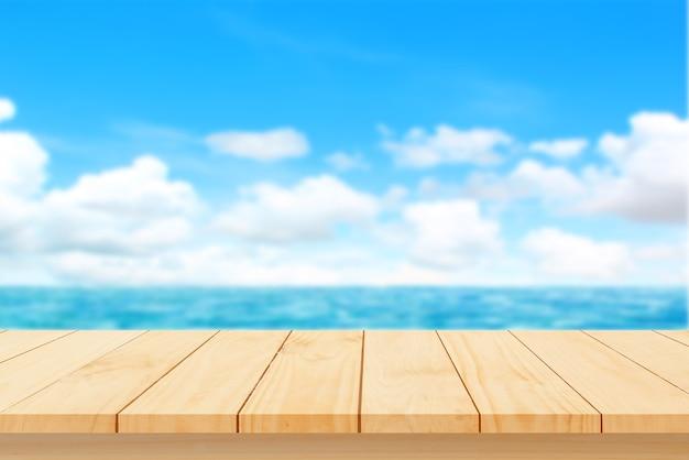 Parte superiore del tavolo in legno con mare sfocato vuoto per il montaggio dell'esposizione del prodotto concetto di spiaggia in estate