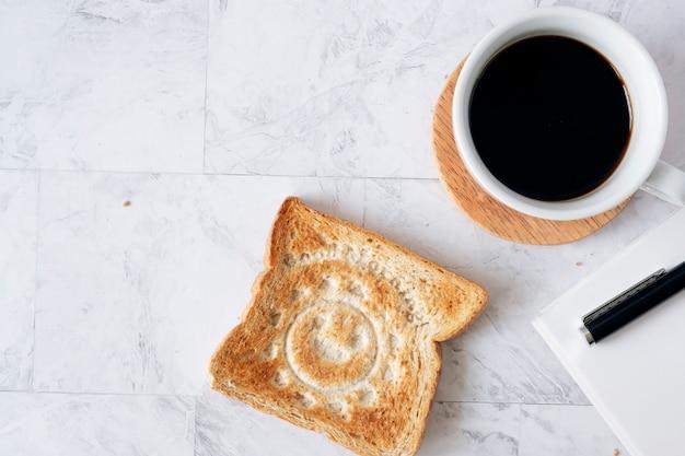 Topview piatto laici del tavolo di lavoro con caffè e pane tostato.