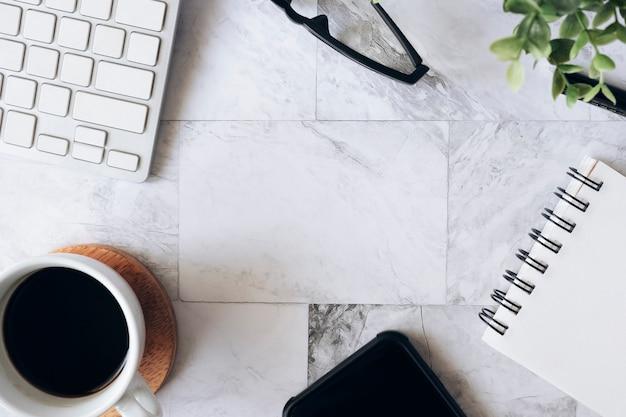 Topview piatto laico del tavolo di lavoro con ufficio fisso
