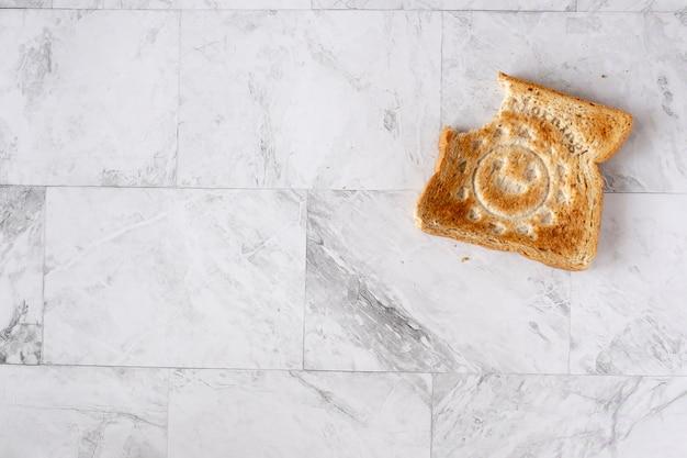 Topview piatto lay di tavolo di lavoro con pane tostato.