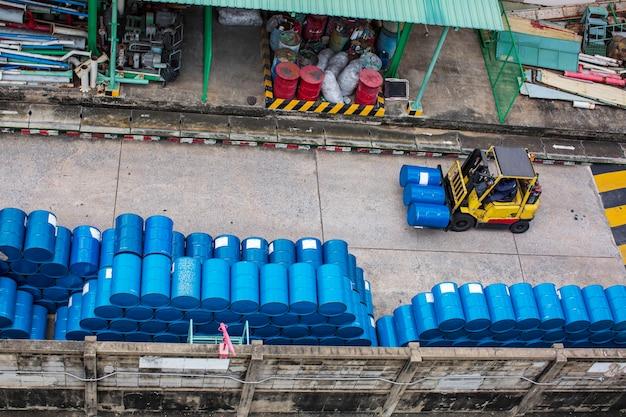 Vista dall'alto fusti chimici per carrelli elevatori fusti per petrolio fusti chimici blu impilati orizzontalmente