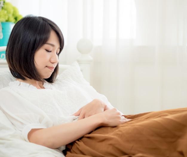 Giovane donna tormentata nella sua camera da letto