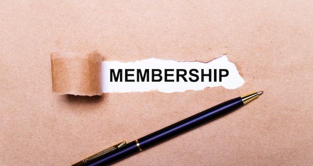 Carta kraft strappata, sfondo bianco con il testo membership. nelle vicinanze c'è una maniglia nera. vista dall'alto