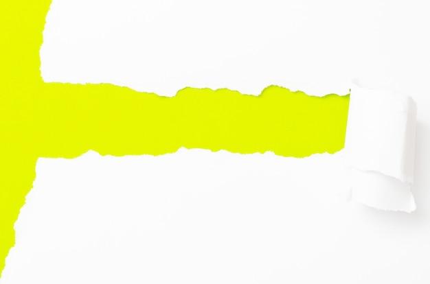 Banner di carta strappata, isolato su bianco