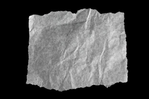 Carta strappata isolato su sfondo nero.