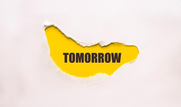 Carta strappata che rivela le parole il domani inizia adesso