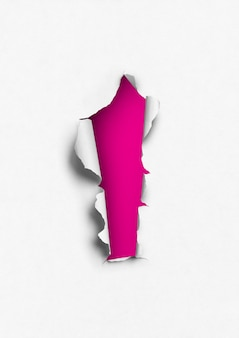 Carta strappata con foro rosa. modello di sfondo bianco