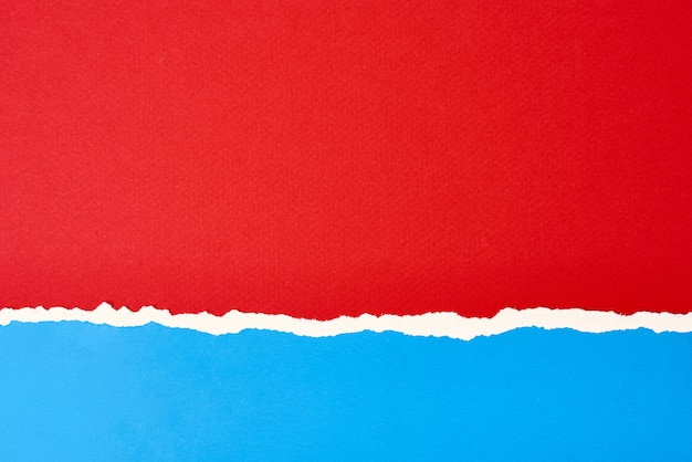 Bordo di carta strappato strappato con uno spazio di copia, sfondo di colore rosso e blu