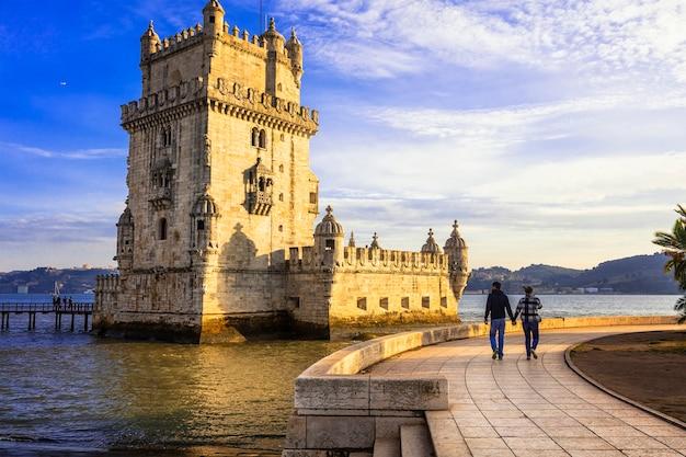 Torre di belem oltre il tramonto famoso punto di riferimento di lisbona, portogallo