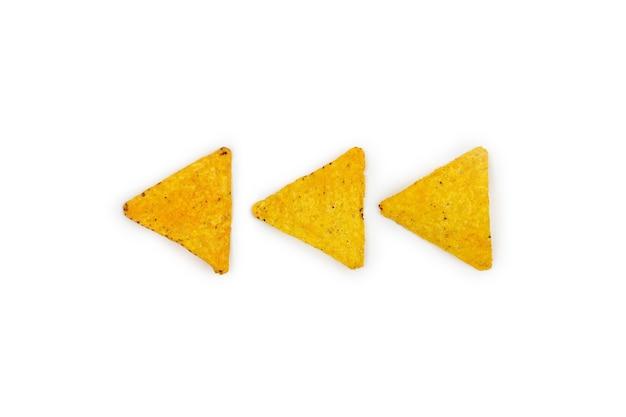 Tortilla chips di mais, triangolo, nachos isolati su sfondo bianco.