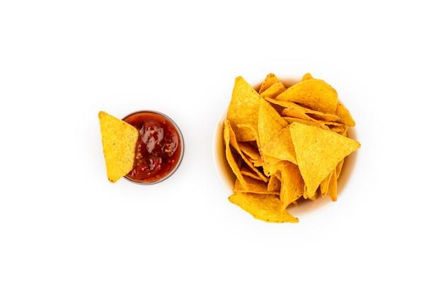 Tortilla nachos chips con salsa di isolamento in una ciotola di ceramica. disposizione piatta.