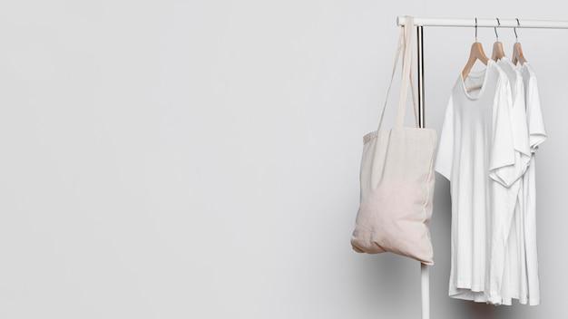 Borse di tela e camicie bianche copiano lo sfondo dello spazio