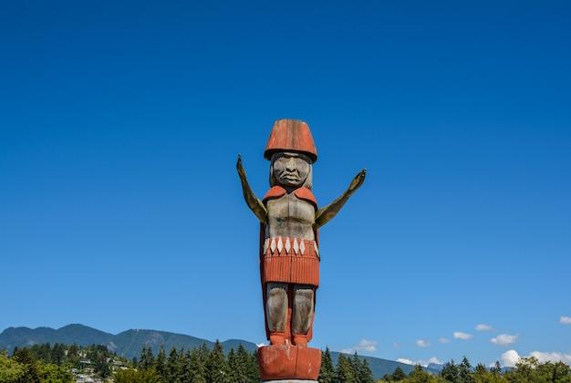 Totem sullo sfondo delle montagne del north vancouver