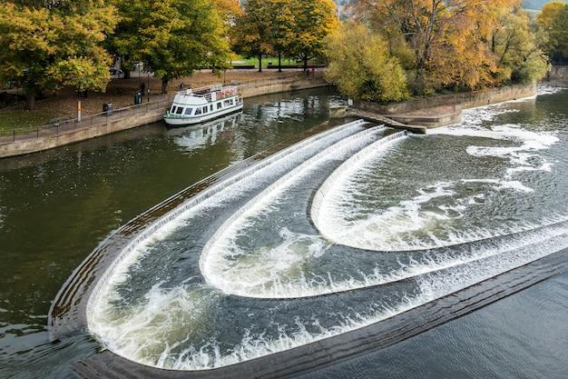 Tour in barca vicino alla diga vicino al ponte pulteney a bath