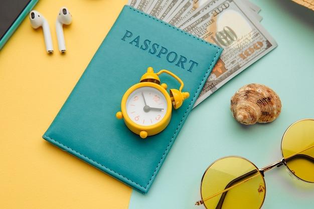 Concetto di turismo occhiali da sole smartphone e passaporto con banconote di denaro