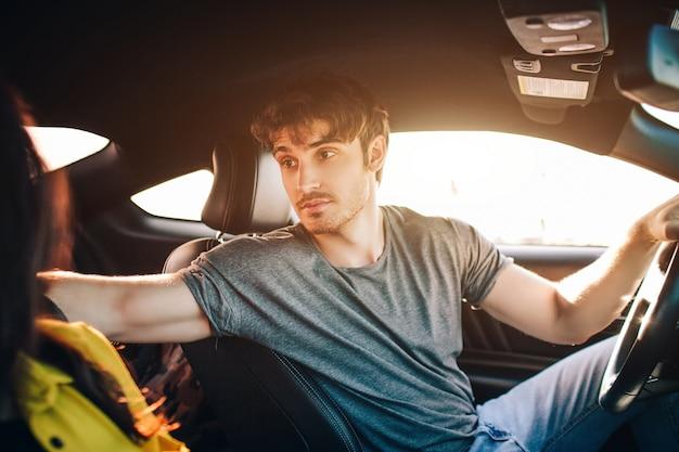 Turismo - felice giovane uomo e donna felice sedersi in macchina. concetto di viaggio e avventura.