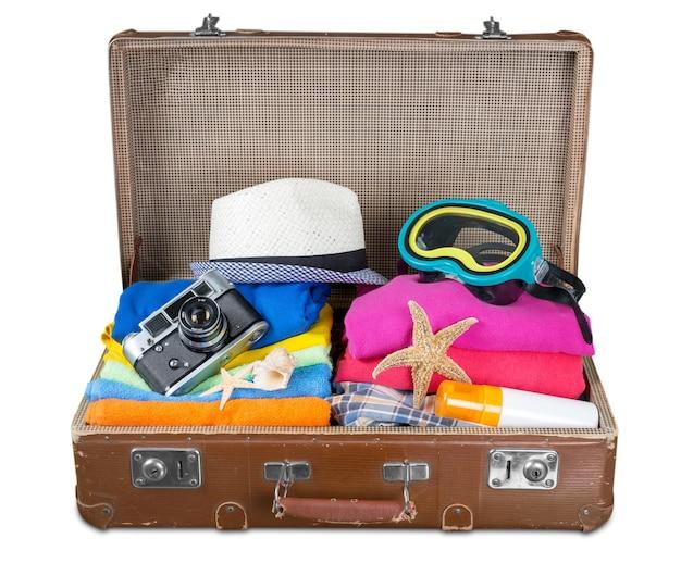 Borsa turistica con vestiti e simboli delle vacanze estive