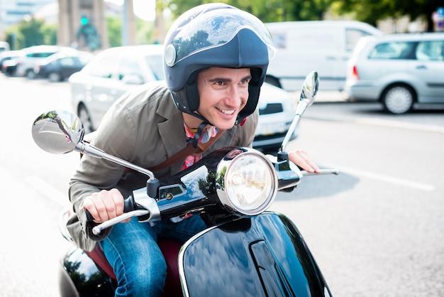 Turista a berlino in sella a uno scooter nel traffico intenso