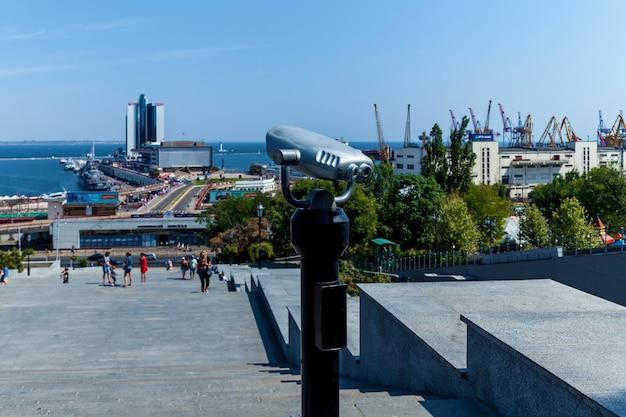 Il binocolo turistico che indica la riva del mare in una giornata di sole paesaggio incredibile o