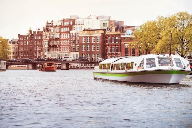 Giro turistico in barca sul canale di amsterdam in primavera