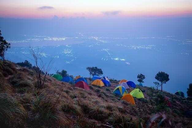 Campo turistico in montagne al parco nazionale di doi luang, phayao, tailandia.