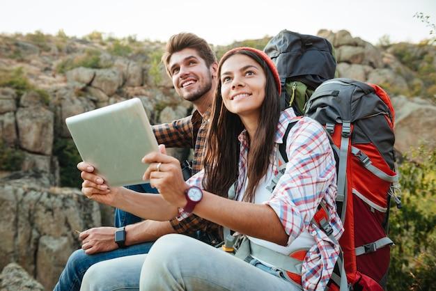 Coppia di turisti con tablet vicino al canyon