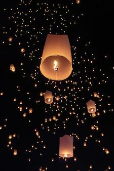 Lanterne galleggianti turistiche del cielo nel festival di loy krathong, chiang mai, tailandia.