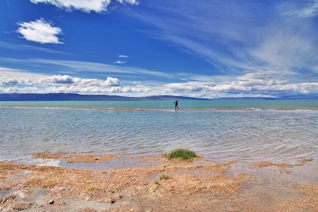 Turista in laguna nimez reserva a el calafate, patagonia, argentina