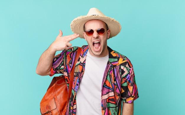 Uomo turistico che sembra infelice e stressato, gesto di suicidio che fa il segno della pistola con la mano, indicando la testa