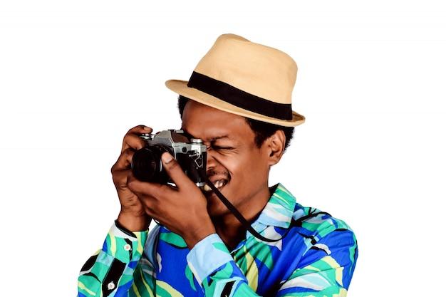 Uomo turistico che prende foto con la retro macchina fotografica