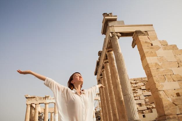 Il turista vicino all'acropoli di atene grecia