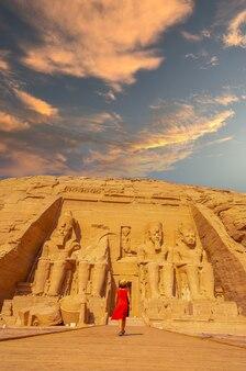 Un turista in abito rosso che cammina verso il tempio di abu simbel