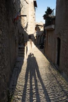 Ombre turistiche nei dettagli del villaggio medievale di santo stefano di sessanio, edifici storici in pietra, vicolo antico, architettura in pietra della città vecchia. abruzzo, italia.