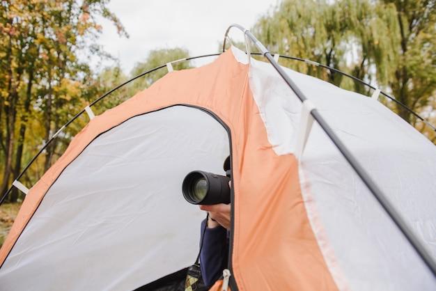 Foto di presa turistica sulla sua macchina fotografica del dslr. Foto Premium