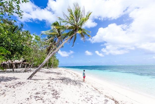 Turista su una spiaggia tropicale nelle filippine