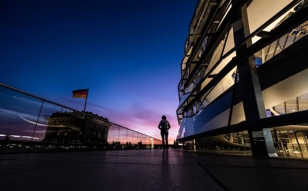 Turista che cammina lungo il reichstag
